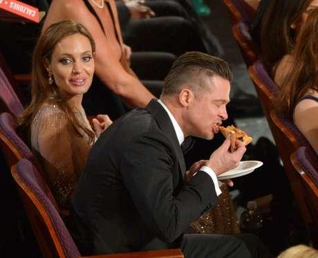 Angelina Jolie e Brad Pitt durante distribuição de pizza promovida por Ellen DeGeneres