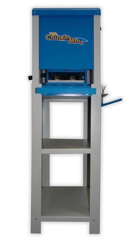 O equipamento faz todas as etapas da fabricação do calçado - corte, furo, fresa e colocação das tiras
