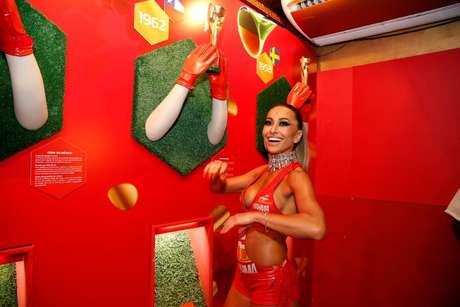 <p>Sabrina Sato se prepara para o desfile em camarote da Sapuca&iacute;</p>