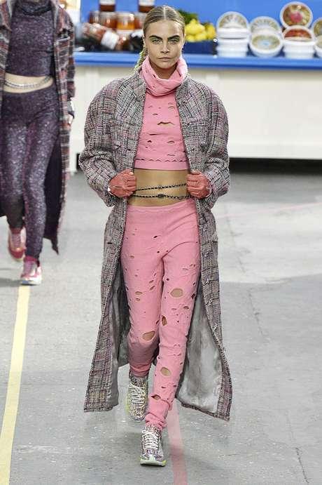 <p>A top britânica Cara Delevingne (foto)foi um dos destaques do desfile da Chanel, que aconteceu nesta terça-feira (04), durante a semana de moda de Paris. A coleção apresentada pelamaison francesa era bastante vibrante e divertida, com muita mistura de cores e looks despojados. No entanto, o clássico tweed apareceu em conjunto de saia e blazer, combinado com botas de cadarço</p>