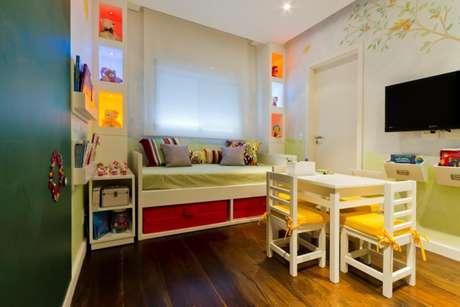 Para fazer um quarto de brincar mais alegre, a designer usou muitas cores, com direito a iluminação das colmeias para brinquedos e parede pintada