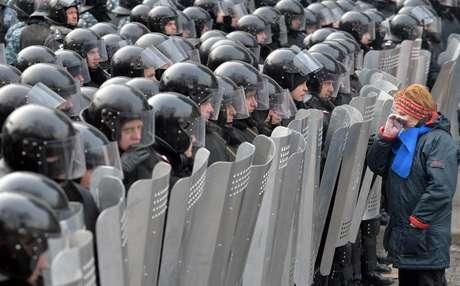 Manifestante frente a policías en Kiev.