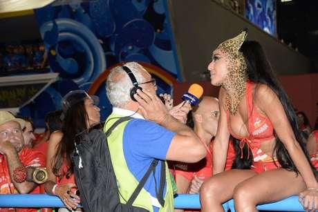<p>Sentada em cima da cerca, Sabrina Sato concede entrevista para jornalista da Rádio Globo</p>