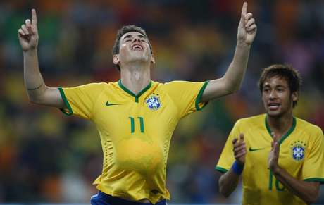 Galvão narra gol perdido e repara gafe em vitória do Brasil