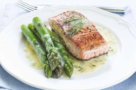 """<p>Peixes ricos em """"gordura boa"""", como o salmão, ajudam a aliviar os sintomas da ansiedade</p>"""