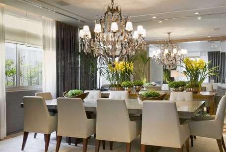 A sala de jantar concebida pela arquiteta Debora Aguiar tem glamour na medida certa. Enquanto o lustre é mais carregado, a mesa e as cadeiras são mais. Informações: (11) 3889-5888