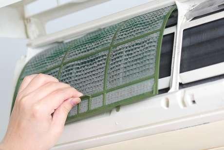 Falta de limpeza nos aparelhos também é um fator que contribui bastante para a gripe, pois, os filtros acabam acumulando fungos, vírus e bactérias que se alastram no ar e invadem com facilidade as vias aéreas