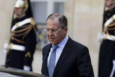 O ministro das Relações Exteriores da Rússia, Serguei Lavrov, deixa o Palácio do Eliseu, em Paris