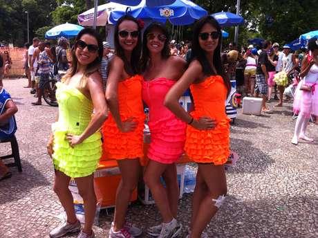 """<p>As amigas (da esq. para dir.) Danúbia Lara, Sara Sousa, Nara Matos e Aline Amorim se despediram do Carnaval carioca nesta quarta-feira (5) vestidas de marca texto para """"chamar a atenção"""" no bloco Me Beija Que Eu Sou Cineasta</p>"""