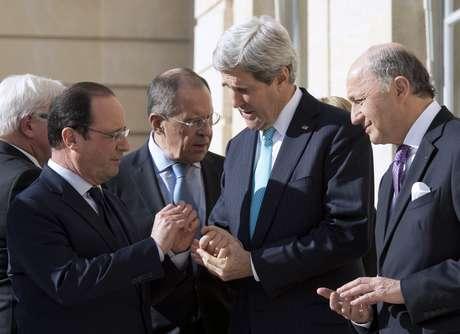 <p>O ministro de Relações Exteriores, Sergei Lavrov, eo Secretário de Estado americano, John Kerry, se reuniram com líderes europeus para encontrar uma solução para o impasse na Ucrânia</p>