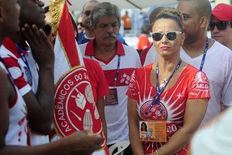 Rainha de bateria do Salgueiro, Viviane Araújo acompanha apuração no Rio