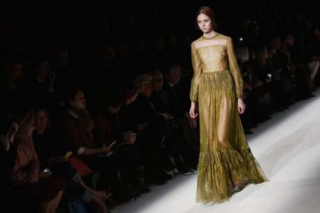 <p>Valentino apostou na transparência dourada neste longo com barrado e manga comprida</p>