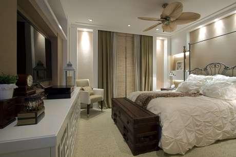 <p>As arquitetas Andrea Teixeira e Fernanda Negrelli investiram em um estilo retrô para dar unidade decorativa a este quarto de casal. Informações: (11) 3045-1859</p>