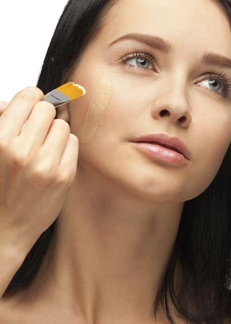 Em seguida, vale a pena usar BB Cream com cobertura média. Além de cobrir as imperfeições, ele hidrata e protege a pele dos raios UVA