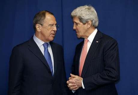 <p>Sergei Lavrov, ministro de Relações Exteriores da Rússia, e John Kerry, secretário de Estado dos Estados Unidos, se reuniram duas vezes nesta semana para discutir sobre crise</p>
