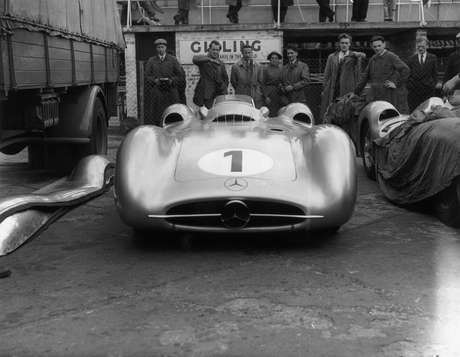 Mercedes adotou padrão alemão: carros deixaram de correr pintados de branco e passaram a ir às pistas sem pintura, consagrando as Flechas Prateadas