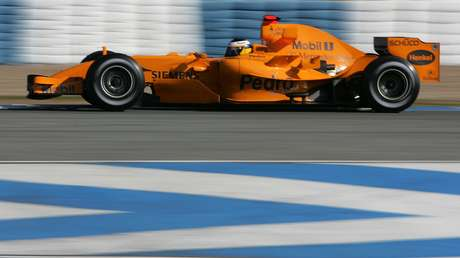 <p>McLaren mantém a cor prata por conta do acordo com a Mercedes; fãs esperavam carro laranja, que costuma ser usado em testes (foto) e que remete à origem da equipe</p>