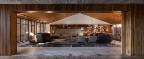 <p>A sala de estar projetada pelo arquiteto Marcio Kogan é ampla e majoritariamente decorada com madeira. Informações: (11) 3081-3522</p>