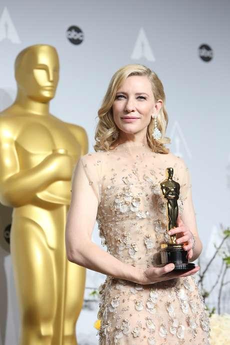 """<p>Vencedora do Oscar de melhor atriz pela atuação no filme """"Blue Jasmine"""", a veterana dos cinemas não chamou atenção apenas pelo prêmio conquistado ou pelo belo vestido que escolheu para desfilar no tapete vermelho</p>"""