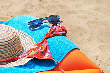 Bastante utilizadas, tanto na praia quanto no clube, as peças precisam ser lavadas corretamente para que o sal da água do mar ou o cloro da piscina não acumule e acabe estragando os seus tecidos