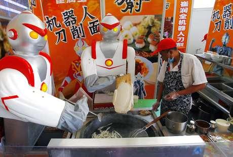 <p>O super-her&oacute;i japon&ecirc;s Ultraman &eacute; um dos mais populares atualmente em toda a &Aacute;sia. Na foto, bonecos vestidos de Ultraman em mercado da China</p>