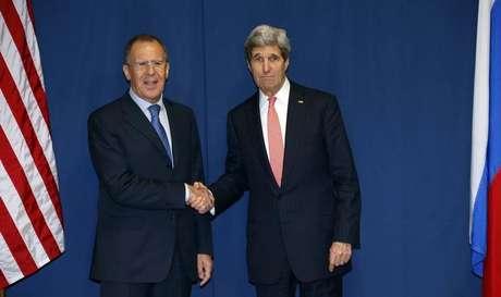 <p>O ministro das Relações Exteriores russo, Sergei Lavrov (à esquerda), e o secretário de Estado norte-americano, John Kerry, se cumprimentam antes de se reunirem para discutir crise na Ucrânica em 6 de março</p>