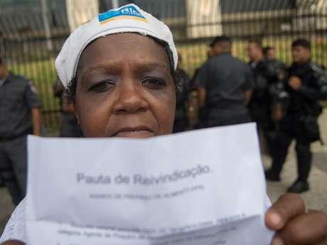 <p>A merendeira Deuzimar Moreira Britto participou do protesto dos garis em frente &agrave; prefeitura e se disse disposta a cruzar os bra&ccedil;os a partir da pr&oacute;xima segunda</p>