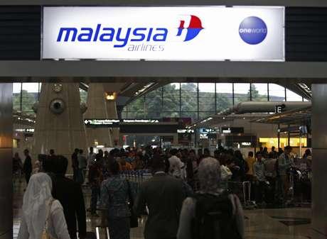 <p>Passageiros fazem fila na loja daMalaysia Airlines, no aeroporto internacional de Kuala Lumpur, em Sepang, neste domingo,9 de março</p>