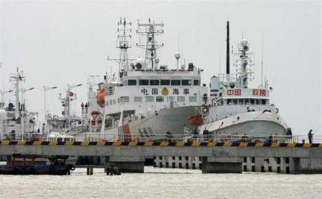 """Uno de los mayores buques de patrulla de China, el """"Haixun 3"""", se prepara para dejar el puerto de Sanya y participar en las operaciones de búsqueda del avión de Malaysia Airlines."""