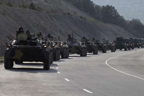 Homens armados sem identificação dispararam para o alto enquanto rumavam para uma base naval ucraniana da Crimeia nesta segunda-feira