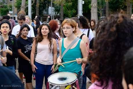 <p>Dafna Rothstein, em mobilização de jovens, em Tel Aviv</p>