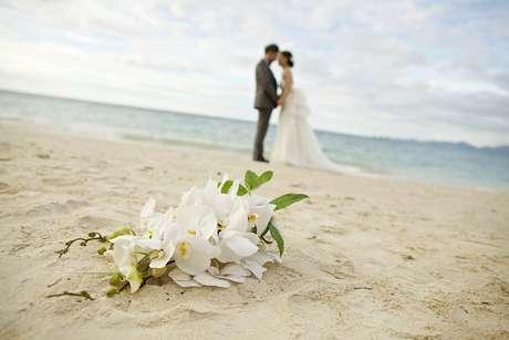 Apesar de atrativa pela originalidade e beleza natural, a cerimônia realizada com o pé na areia costuma custar de R$ 35 mil a R$ 45 mil