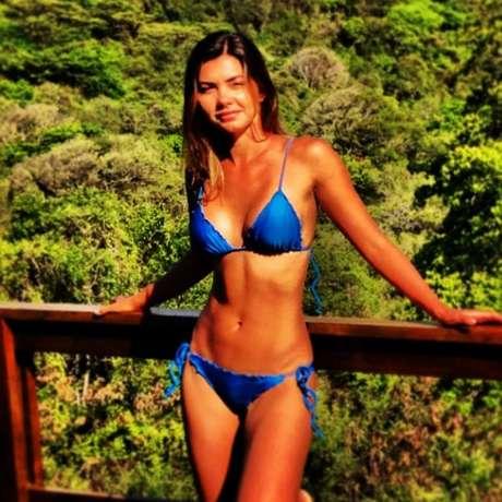 """<p>Filha de Datena, Leticia Wiermann curtiu férias em Fernando de Noronha. No domingo (9), a repórter publicou uma foto da viagem no Instagram em que mostrou boa forma ao usar biquíni azul tipo cortininha e calcinha comlacinho na lateral. """"Noronha Time! Vou ficar com saudades :/ #paraíso"""", escreveu ela na legenda</p>"""