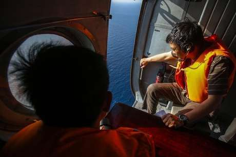 Militares vietinamitas durante busca nesta segunda-feira pelo avião malaio de passageiros que desapareceu no sábado. Segundo fontes com conhecimento do assunto, o avião não fez contato automático com o sistema de monitoramento depois de desaparecer das telas dos radares. 10/03/2014