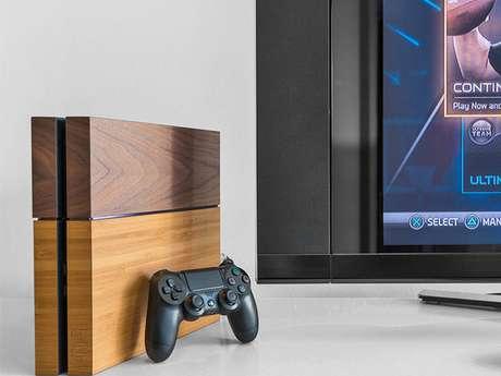 """A fabricante alemã Balolo desenvolveu uma """"capa"""" para o Playstation 4 feita inteiramente de placas de madeira no valor de 149 euros (cerca de R$ 488)"""