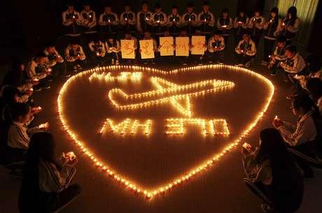 Crianças chinesas fazem orações por passageiros do avião desaparecido