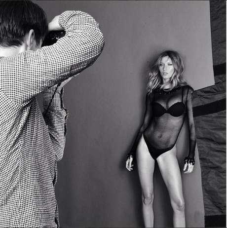 <p>Modelo aparece em pose sensual durante ensaio de lingerie</p>
