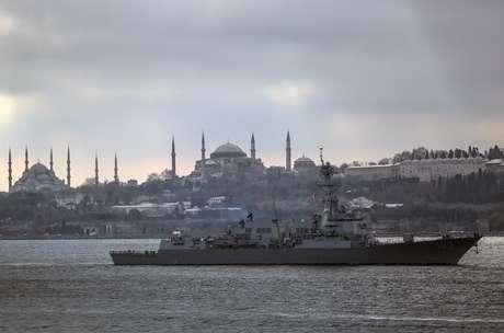 <p>O navio de Guerra Americano 'USSTruxtun' no Estreito de Bósforo, Turquia, antes de seguir para o Mar Negro</p>