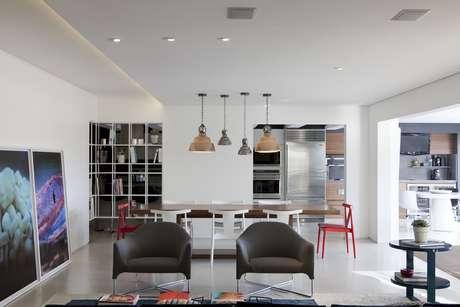 No projeto de Flávia Gerab Tayar a área social é totalmente integrada. Não somente as salas de jantar, estar e TV, mas a cozinha e a varanda  está tudo sem divisão de paredes ou portas. Informações: (11) 3044-5146