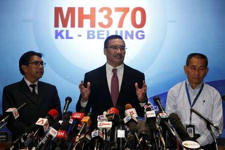 <p>Ministro do Transportes da Malásia, Hishammuddin Hussein (ao centro) desmentiu a informação divulgada pelo Wall Street Journal de que o voo da Malaysian Airlines teria percorrido mais de 3 mil quilômetros apóso último sinal detectado pelo radar</p>