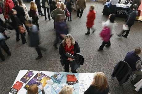 Uma mulher que procura um emprego fala um representante em uma feira de carreiras da área de saúde, em Denver. O número de norte-americanos que entrou com novos pedidos de auxílio-desemprego caiu inesperadamente e atingiu nova mínima em três meses na semana passada, sugerindo um fortalecimento nas condições do mercado de trabalho. 09/04/2013