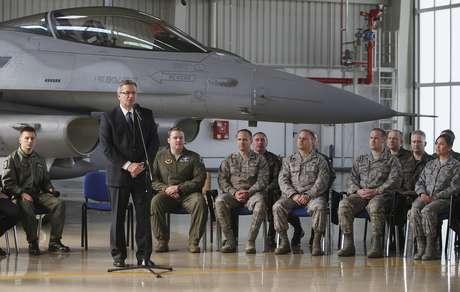 Presidente da Polônia, Bronislaw Komorowski, fala com homens da aviação dos Estados Unidos e da Polônia nesta terça-feira. Os EUA enviaram jatos para o país em meio às tensões na Ucrânia