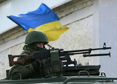 Militar russo faz guarda do lado de fora da base militar ucraniana em Perevalnove, próximo à cidade de Simferopol em 13 de março