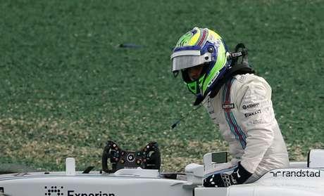 Felipe Massa deixa sua Williams após sofrer batida do japonês Kamui Kobayashi