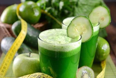 Suco verde com água de coco  também é composto por maça verde, suco de meio limão e pepino