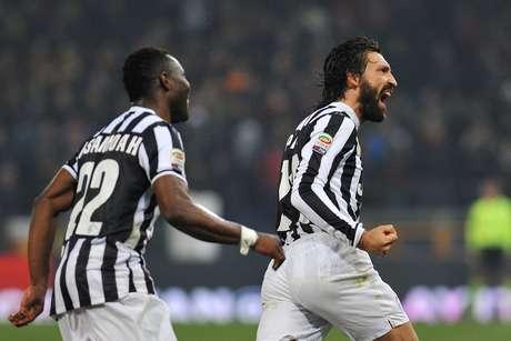 Experiente Pirlo comemora golaço contra Genoa