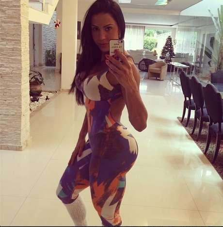 Invejada pelas mulheres nas academias devido ao seu famoso bumbum na nuca (apelido dado por ela ao seu atributo), a esposa do cantor Belo segue à risca uma intensa rotina de exercícios físicos