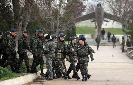 Soldados ucranianos marcham dentro da base aérea militar Belbe, próximo de Sevastopol, nesta terça-feira, 18 de março