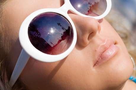 Óculos grandes podem interferir, apenas, no conforto e na qualidade da visão, pois a luz que atinge a visão é frontal