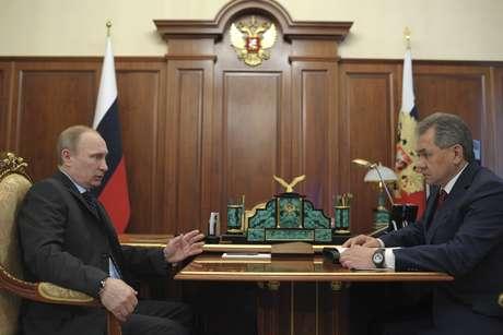 <p>Presidente russo, Vladimir Putin,fala com o ministro da Defesa, Sergei Shoigu, durantereunião no Kremlin, emMoscou, em 20 de março</p>